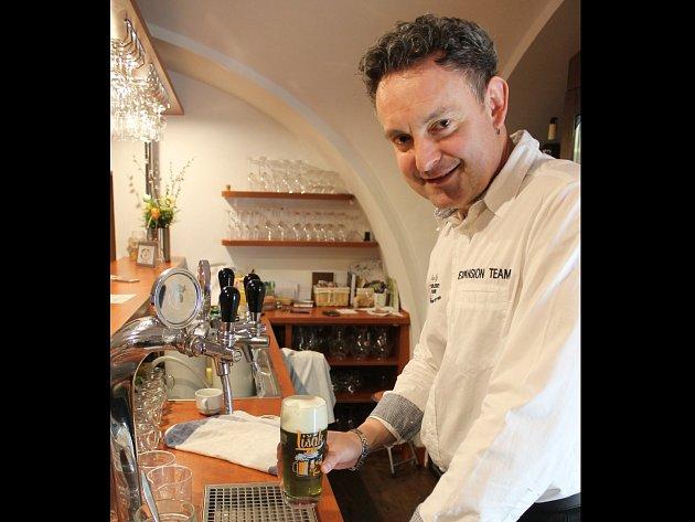 Vyškovská Radniční vinárna už zelené pivo čepuje. Objednali tři padesátilitrové sudy.