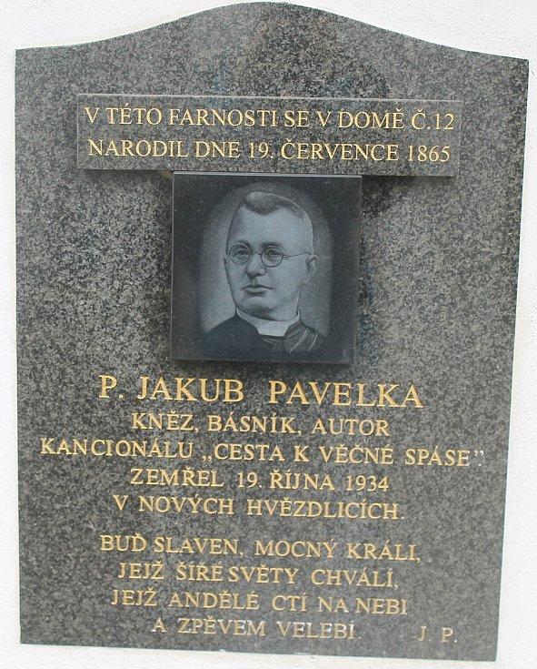 Pamětní deska kněze, básníka a autora Jakuba Pavelky, který působil v místní farnosti.