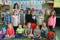 Žáci první třídy ZŠ Letonice s třídní učitelkou Janou Lokajovou a ředitelkou Tamarou Kuchtovou