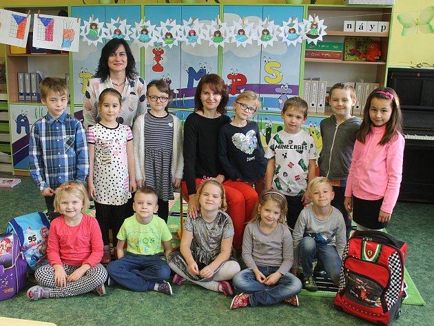 Žáci první třídy ZŠ Letonice střídní učitelkou Janou Lokajovou a ředitelkou Tamarou Kuchtovou