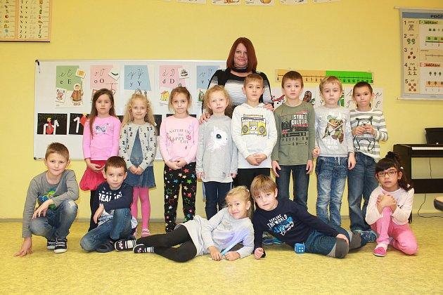 Žáci první třídy ze Základní školy ve Velešovicích střídní učitelkou Libuší Venerovou.
