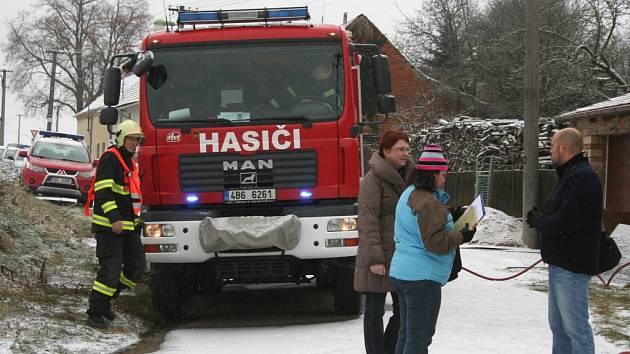 V rodinném domě v Rychtářově chytil komín. Hasiči při zásahu zjistili, že na půdě je uložená desítky let stará munice.