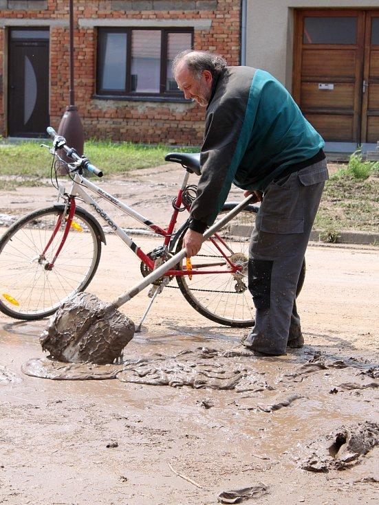Po přívalovém dešti zaplavil v pátek večer Hodějice nános bahna.