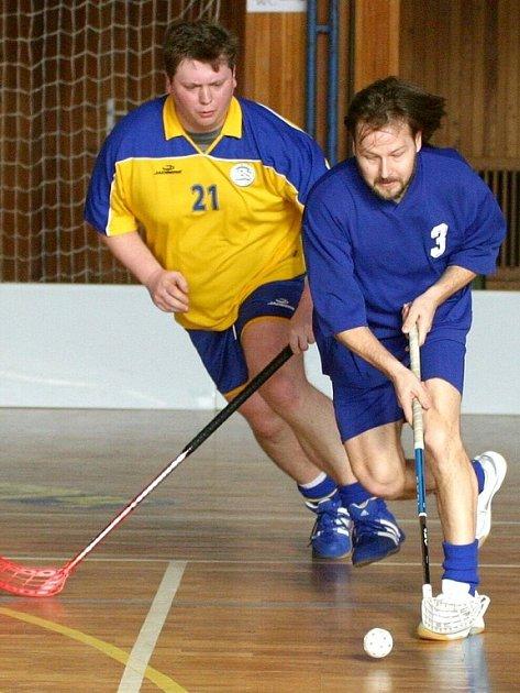 Ivanovický tým florbalistů se snaží vyrovnat s čím dál větší konkurencí v tomto stále rozšířenějším sportovním odvětví. Na snímku útočí s míčkem jeden z hráčů Sokola Jiří Dočkal.