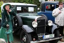 Stylově oděná dáma představuje historický kousek z první poloviny minulého století.
