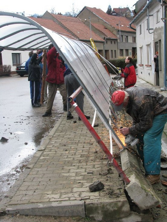 Moravské Málkovice. Lidé museli odklidit plastovou autobusovou zastávku, která se při silném větru vyvrátila.