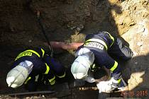 Na stavbě v Křižanovicích zasypala dělníka hlína. Na místo přiletěly dva vrtulníky.