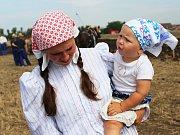 Na farmě ve Zvonovicích se v sobotu konal 1. koňský den. Součástí byla soutěž v orbě koňmo i ukázky současných zemědělských strojů.
