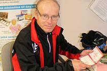 Poprvé Josef Kunc z Vyškova daroval krev ve dvaceti letech. V úterý dostal v Besedním domě Zlatý kříž prvního řádu za 160 odběrů krve.