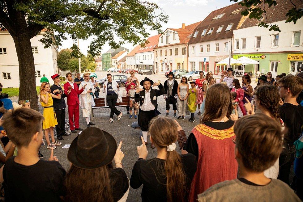 Rousínovský divadelní festival chce být místem setkávání divadelníků a diváků nejen z Rousínova. Zavede je na různá místa města.