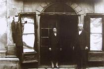 Židovský podnikatel Gustav Lampl s dcerou Elsou před svým obchodem střižním zbožím z boční strany rousínovské radnice, kolem roku 1900.