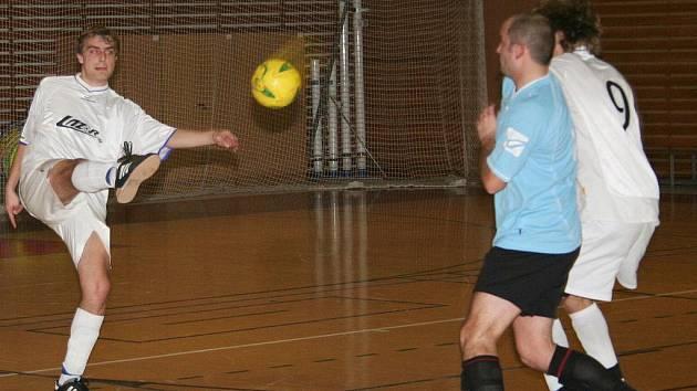 V bílém u míče futsalista Lazoru Vyškov Martin Lička.