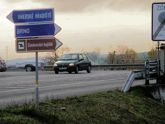 V těchto místech, na křižovatce hlavní slavkovské dopravní tepny se silnicí I/50, má začít oprava průtahu.