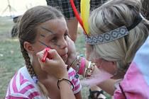 Indiánské odpoledne v Otnicích se letos konalo už potřetí. Nechyběly kostýmy, malování, jízda na poníkovi nebo sestřelovaní plechovek.