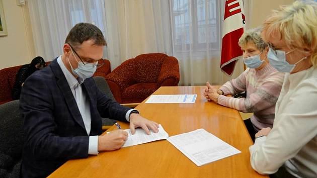 Kupní smlouvu podepsali starosta města Karel Jurka a starostka vyškovského Sokola Charlotta Fialková.