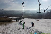 V lyžařském areálu v Olešnici na Blanensku už zasněžují sjezdovky, Provozovatelé doufají, že naváží na úspěšnou loňskou sezonu.