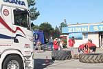 Jednou z disciplín je již tradičně tažení kamionu.