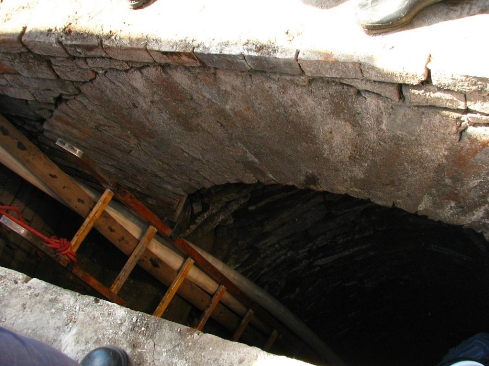 Studna na vyškovském náměstí se opravuje.