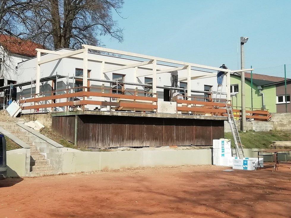 Prakticky nové kabiny i u antukových kurtů v Holubicích budou složit volejbalistům, nohejbalistům i veřejnosti.