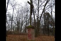 Zchátralý kříž v bučovickém lesoparku Kalvárie se dočkal oprav.