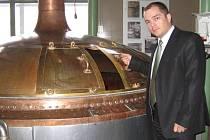 Ředitel Pivovaru Vyškov u spilky, ve které kvasí pivo.