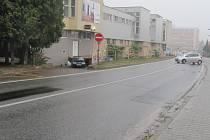 Poškozené části silnice firma odfrézovala a znovu pokryla balenou i na ulici náměstí Čsl. armády.