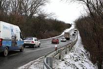 Kolony vznikaly kvůli odkláněné dopravě i mezi Velešovicemi a Rousínovem. Řidiči se zdrželi několik minut. Město zaplnily hlavně kamiony, které na dálnici kolem místa nehody nemohly projet.