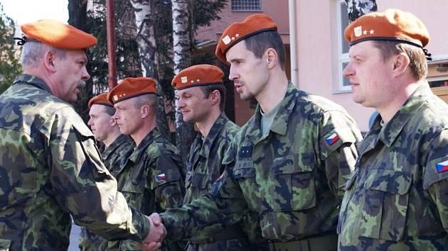 Dosavadní velitel bučovického záchranného praporu Jiří Tršo děkuje vojákům na pondělním slavnostním nástupu.