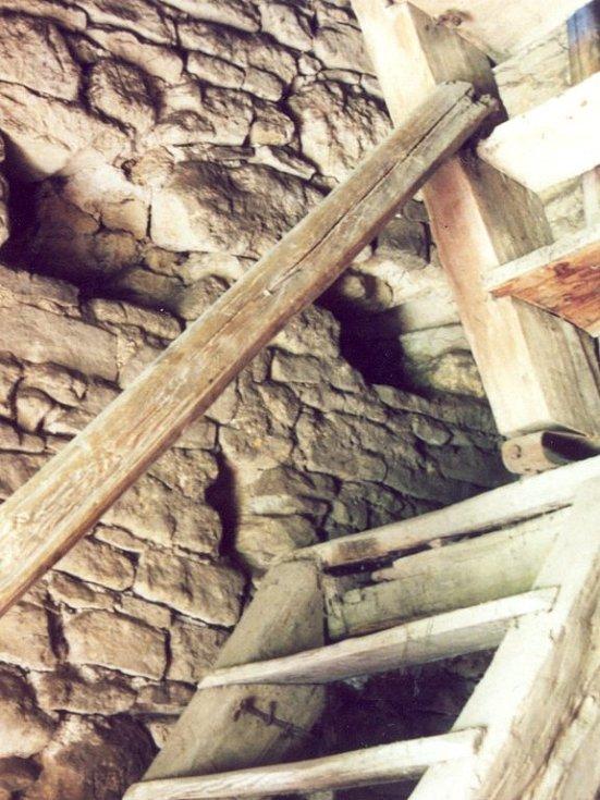 Kamenné zdivo věže v Novém Rousínově.