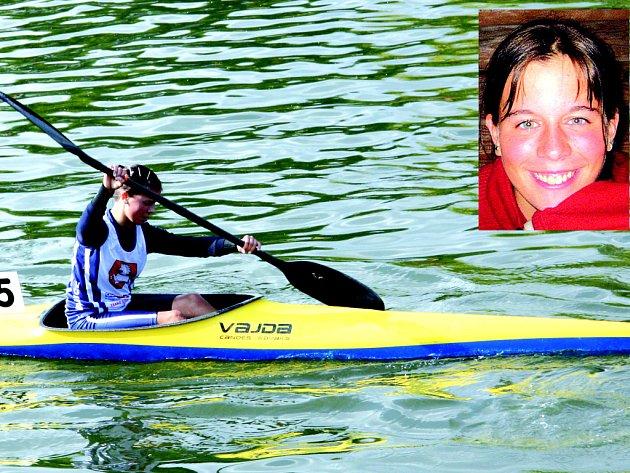 ZÁBĚR.  Michaela Chmelová brázdí vodní plochy jako starší dorostenka na kajaku. Napřesrok ji čeká přestup do juniorské kategorie. Trénuje hlavně v Pardubicích, kde chodí do školy, a startuje za tamní klub.