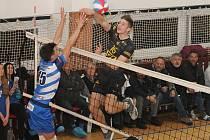 Volejbalisté Sokola Bučovice (modré dresy)  oba domácí zápasy semifinále I. ligy s Volejbalem Brno B prohráli - 2:3 a 1:3.