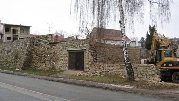 Investor stavějící bytový dům ve slavkovské Kollárově ulici bourá poslední zeď po staré stodole.