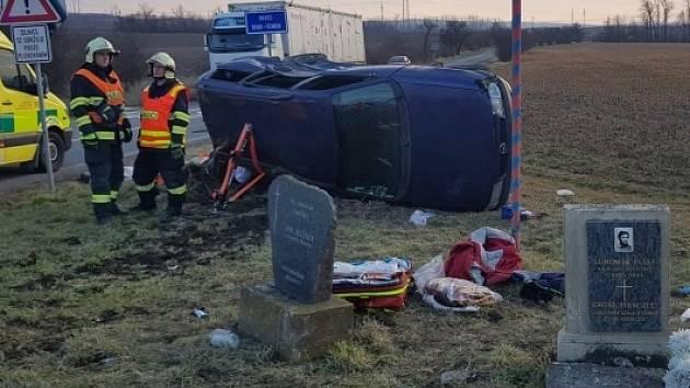 Lehká až středně těžká zranění si vyžádala středeční dopravní nehoda mezi obcemi Újezd u Brna a Otnice. Před čtvrtou hodinou odpoledne se tam na křižovatce srazilo osobní auto s náklaďákem.