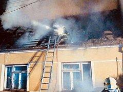 Osm jednotek hasičů likvidovalo od páteční zhruba šesté hodiny večer do sobotní jedné hodiny v noci požár přístavku rodinného domu v nesovické části Letošov.