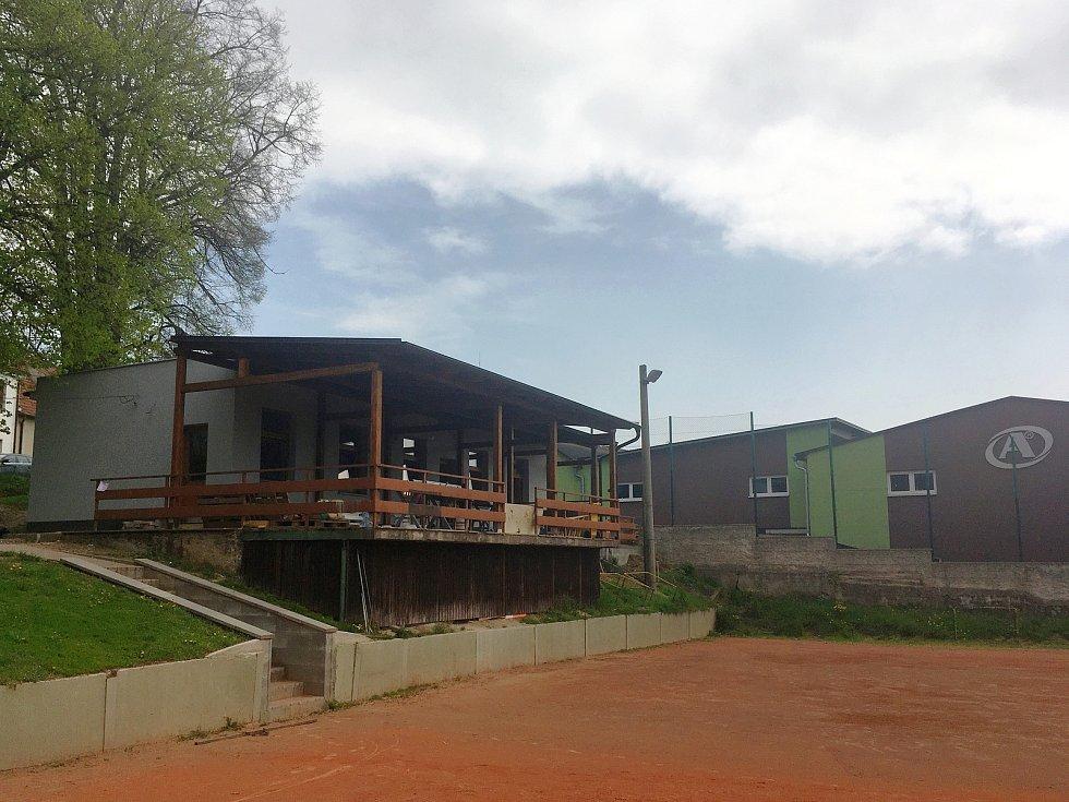 Prakticky nové kabiny i u antukových kurtů v Holubicích budou složit volejbalistům, nohejbalistům i veřejnosti. Foto: Richard Surman