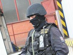 Akci přihlíželi policejní ozbrojenci se samopaly v rukou.