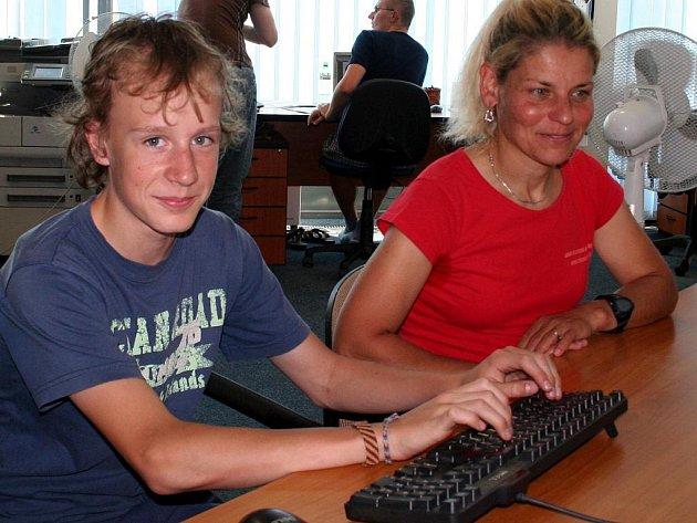 Atlet – mladší žák AHA Vyškov Jan Osolsobě s trenérkou Magdou Hajzlerovou.