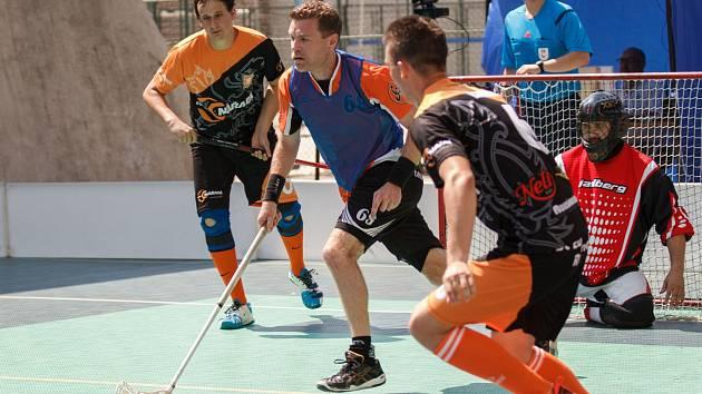 Florbalisté Bučovic na čele s Ladislavem Dufkem (číslo 68) budou už příští týden obhajovat pozici nejlepšího celku Vyškovska na letním turnaji pod otevřeným nebem.