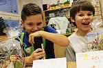 Základní škola ve vyškovské Nádražní ulici se v úterý proměnila v jedno velké tržiště. Na Vánočním jarmarku žáci nabízeli hlavně své výrobky.