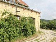 Farma Bolka Polívky v Olšanech dál chátrá, nikdo o ní nemá zájem.