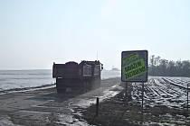 Skupinka obyvatel Vážan nad Litavou minulý týden zúžila příjezdovou cestu bývalou motokrosovou sdráhu tím, že po krajích rozestavěla osobní auta. Řidiči nákladních souprav museli projíždět zúženým prostorem, kde jim naši občané předkládali Usnesení Nejvyš