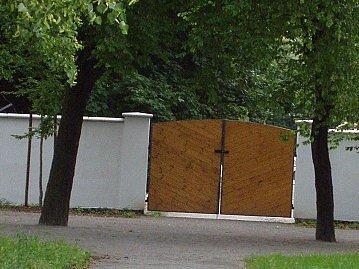Po opravě zámecké zahrady se brána  zkracující obyvatelům cestu ne a ne otevřít.
