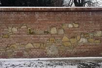Část zámecké zdi se ve Slavkově po povodni zhroutila a město ji tak muselo dostavět. Využívalo přitom nové speciální cihly, protože ty staré by už nemohly vydržet. Stavbaři kombinovali nové cihly s kameny.