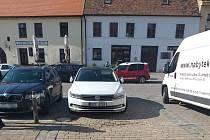 Někteří řidiči ve Slavkově blokují lidem vjezdy.