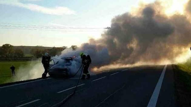 Požár Škody Felicia uzavřel provoz na silnici první třídy číslo 50 v bučovické místní části Marefy.
