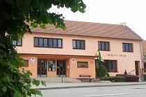 Jedna z nejdůležitějších budov v Kozlanech, obecní dům, se začátkem září dočká zateplení.