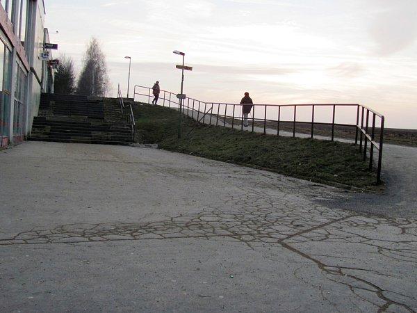 Zchátralé schodiště uobchodního domu Moravan ve vyškovských Dědicích se město chystá opravit. Zvyškovské kasy si úprava vyžádá skoro jeden a půl milionu korun.