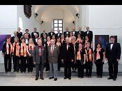 Společné foto vyškovského sboru se skladatelem Antonínem Tučapským, po kterém nyní nese název.