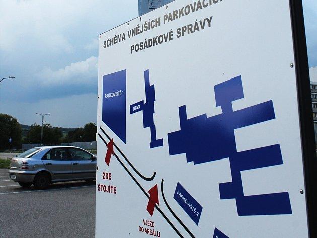 Informační panel, ze kterého se studenti odborných kurzů dozví, že mají pro parkování využít odstavných ploch uvnitř kasáren, už má své místo.
