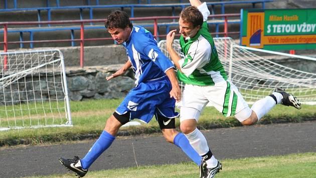 Vpravo bojuje o míč kapitán fotbalistů Framozu Rousínov Tomáš Buršík.